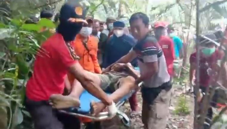 https: img.okezone.com content 2021 10 08 244 2483367 pria-ditemukan-tewas-di-atas-pohon-kelapa-setinggi-25-meter-evakuasi-berjalan-dramatis-gNFa5F01oW.jpg