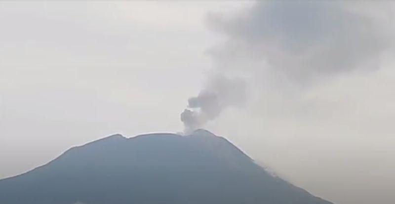 https: img.okezone.com content 2021 10 08 340 2483199 erupsi-gunung-ile-lewotolok-terjadi-hingga-26-kali-sehari-LnAH92YgbP.jpg