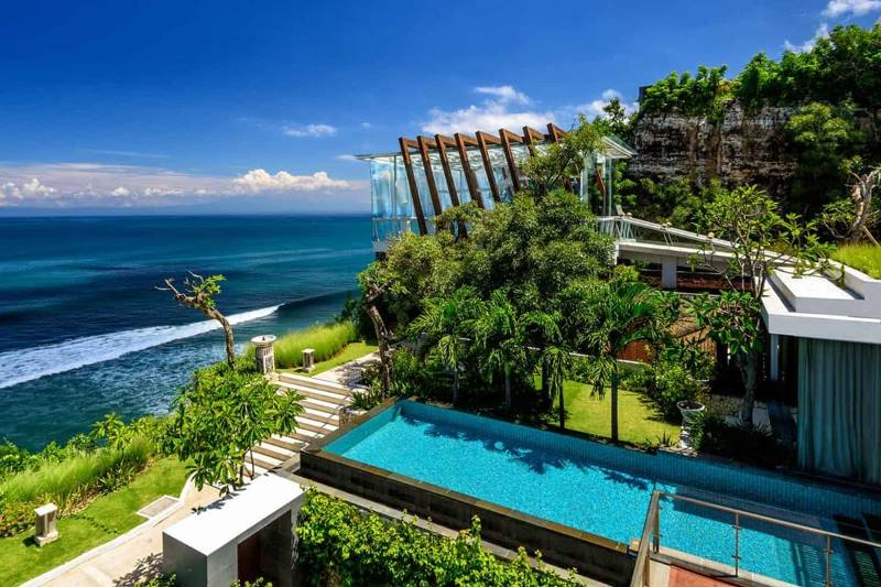 https: img.okezone.com content 2021 10 08 408 2483513 deretan-hotel-dan-resor-mewah-dengan-infinity-pool-menakjubkan-di-uluwatu-bali-hl3wMTMFHE.jpg