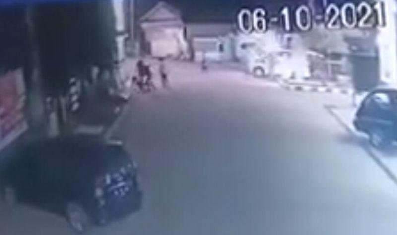https: img.okezone.com content 2021 10 08 525 2483533 viral-mobil-ambulans-dipakai-untuk-menyerang-warga-49QhI9DWDb.jpg