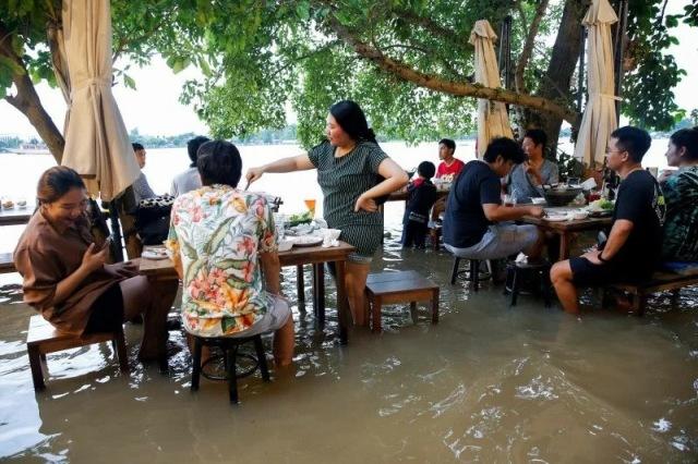 https: img.okezone.com content 2021 10 09 298 2483665 viral-restoran-kebanjiran-pengunjung-malah-makin-ramai-dan-kegirangan-X5mcac2eKf.jpg