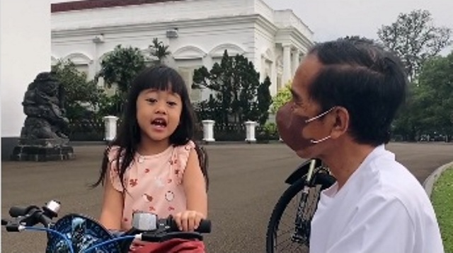 https: img.okezone.com content 2021 10 09 612 2483741 akhir-pekan-presiden-jokowi-asyik-main-sepeda-bareng-sedah-mirah-3T4mHKhpar.jpg
