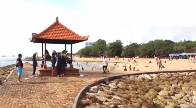 https: img.okezone.com content 2021 10 10 244 2483987 ganjil-genap-dihentikan-pantai-sanur-mulai-ramai-dikunjungi-wisatawan-QIo91cB48Z.jpg