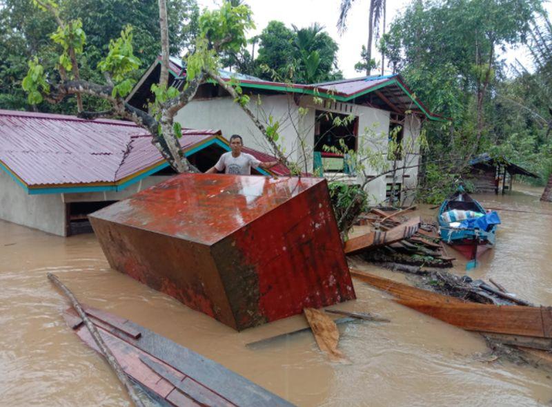 https: img.okezone.com content 2021 10 10 340 2484030 banjir-yang-menerjang-10-kecamatan-di-sintang-kalbar-berangsur-surut-7vdbYxkELt.jpg