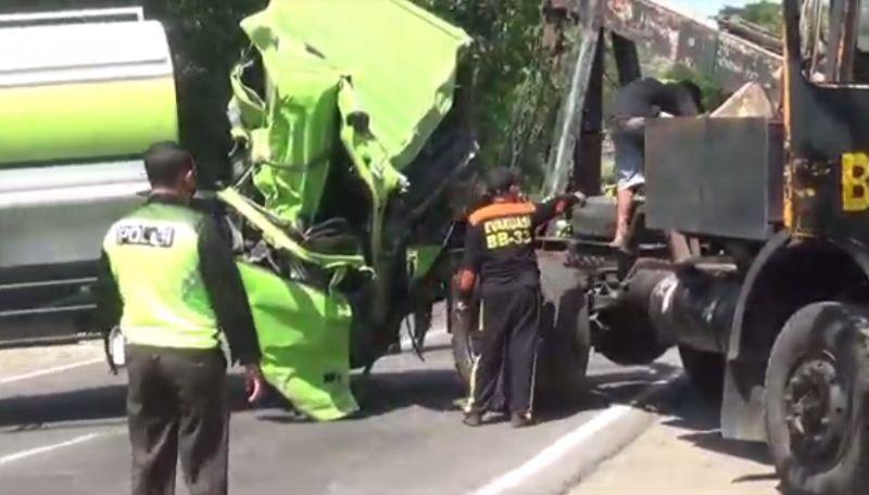 https: img.okezone.com content 2021 10 10 519 2484000 truk-tangki-vs-tronton-detik-detik-evakuasi-sopir-terjepit-dan-kakinya-patah-viral-TR6N2WNjqt.jpg