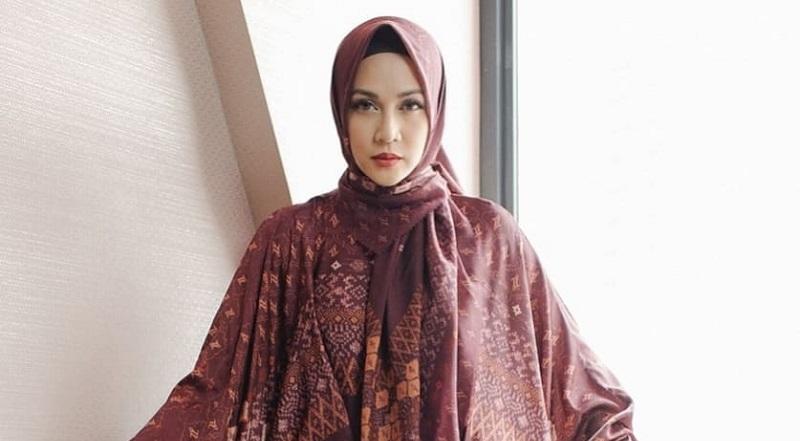 https: img.okezone.com content 2021 10 10 617 2484027 4-gaya-hijab-dina-lorenza-yang-dijodohkan-dengan-ariel-noah-Yvgf8ey8Wp.jpg