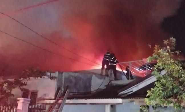 https: img.okezone.com content 2021 10 10 620 2484066 kebakaran-hebat-landa-gudang-kimia-terdengar-ledakan-3-kali-TieLhU7uF1.jpg