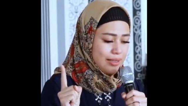 https: img.okezone.com content 2021 10 10 621 2484109 berkat-suara-azan-dokter-kecantikan-ini-mantap-memeluk-islam-EosD9EOAiL.jpg