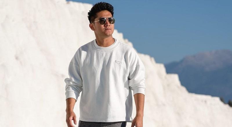 https: img.okezone.com content 2021 10 11 194 2484475 tampil-keren-boy-william-suka-fashion-lokal-bernuansa-casual-nan-modis-kw1yK0lYyE.jpg
