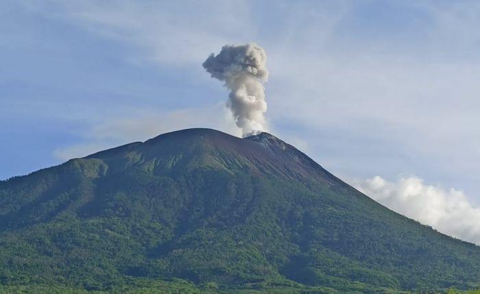 https: img.okezone.com content 2021 10 11 340 2484778 pos-pemantau-laporkan-munculnya-tembusan-lava-baru-di-puncak-gunung-ili-lewotolok-X8ahznGCg2.jpg
