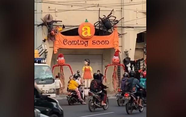 https: img.okezone.com content 2021 10 11 406 2484427 viral-boneka-squid-game-di-surabaya-jadi-spot-selfie-hingga-dibongkar-satpol-pp-kxYvCHUyVl.JPG
