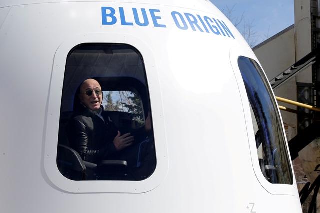 https: img.okezone.com content 2021 10 11 56 2484306 blue-origin-tunda-penerbangan-luar-angkasa-bintang-film-star-trek-lxWbk3hM0h.jpg