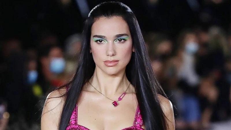 https: img.okezone.com content 2021 10 11 611 2484502 6-tren-gaya-makeup-2022-salah-satunya-riasan-dua-lipa-di-milan-fashion-week-AIzEoPKvnU.jpg