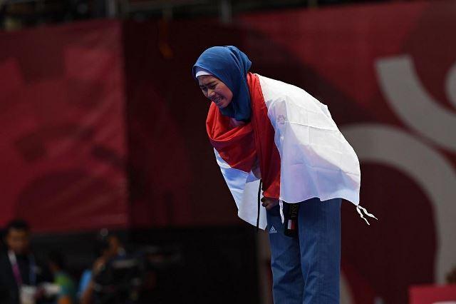https: img.okezone.com content 2021 10 11 617 2484343 4-gaya-hijab-cantik-defia-rosmaniar-juara-taekwondo-si-kembaran-henny-rahman-istri-alvin-faiz-jswo6kjSK5.jpg