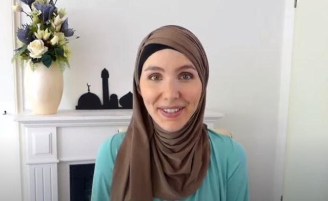 https: img.okezone.com content 2021 10 11 621 2484582 cerita-wanita-cantik-asal-amerika-jadi-mualaf-usai-menulis-tentang-islam-V2deKdO3R9.jpg