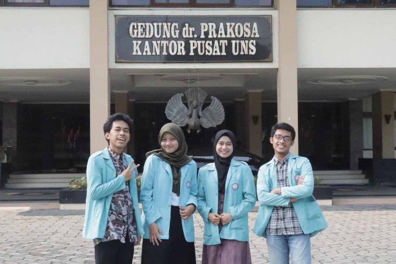 https: img.okezone.com content 2021 10 11 65 2484529 uns-borong-gelar-di-kompetisi-debat-berbahasa-indonesia-mahasiswa-fkip-se-indonesia-zZGPD3jYRl.jpg