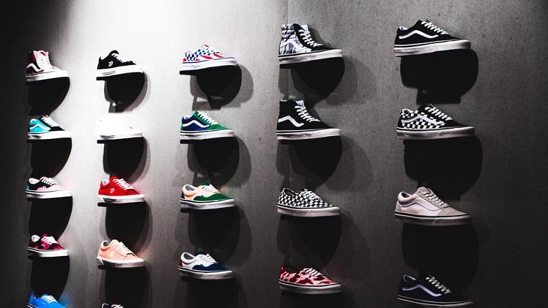 https: img.okezone.com content 2021 10 12 12 2485235 tipe-sepatu-vans-paling-populer-dan-jadi-favorit-banyak-orang-FiCo4r10uR.jpeg