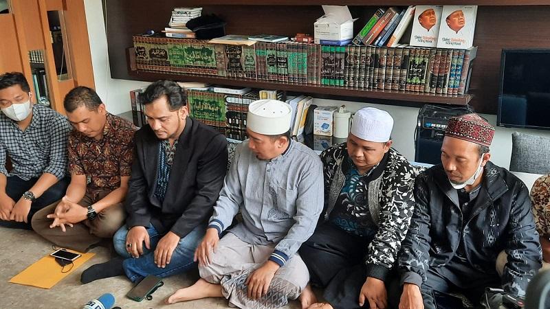 https: img.okezone.com content 2021 10 12 33 2484818 damai-ustadz-solmed-anggap-suwarna-dan-tisna-saudara-HH3mL5TCto.jpg