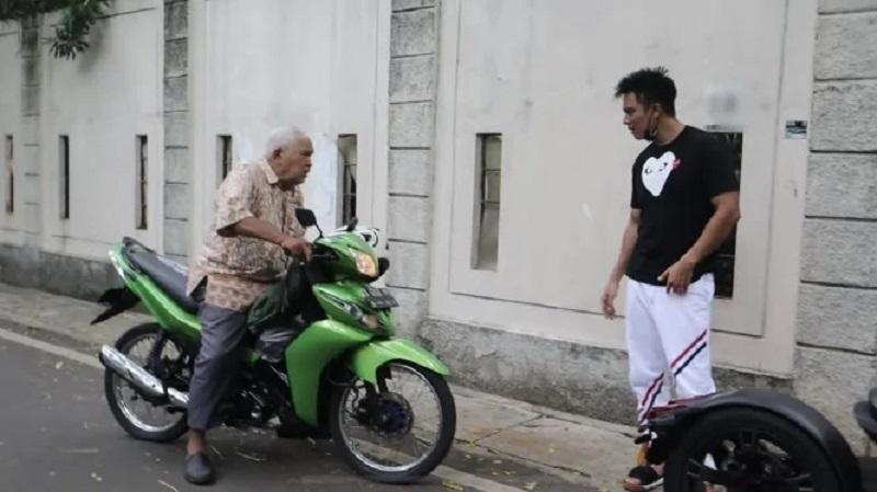 https: img.okezone.com content 2021 10 12 33 2485226 marahi-kakek-suhud-baim-wong-saya-tidak-menyesal-zTKZtRT7sW.jpg