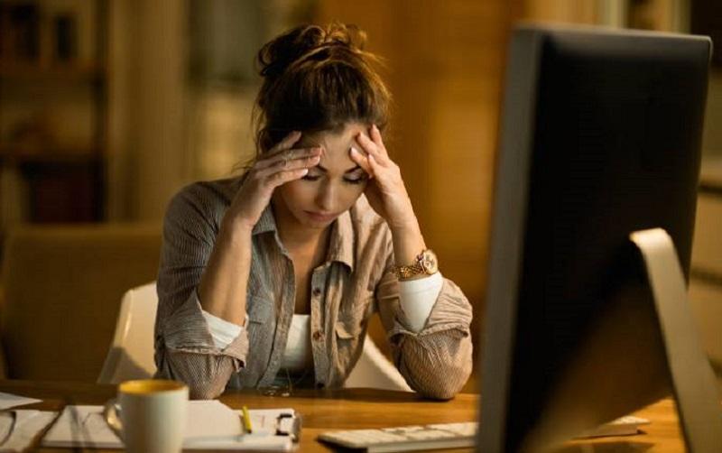 https: img.okezone.com content 2021 10 12 481 2485201 sakit-kepala-saat-menatap-layar-komputer-pertanda-apa-dgKxWU9Vmb.jpg