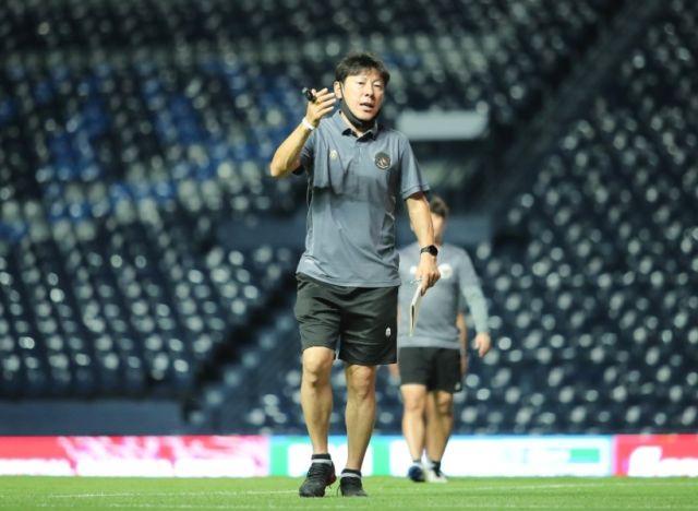 https: img.okezone.com content 2021 10 12 51 2484898 timnas-indonesia-lolos-ke-kualifikasi-piala-asia-2023-shin-tae-yong-sebut-sepakbola-tanah-air-bisa-berkembang-7s3vid4A1u.jpg