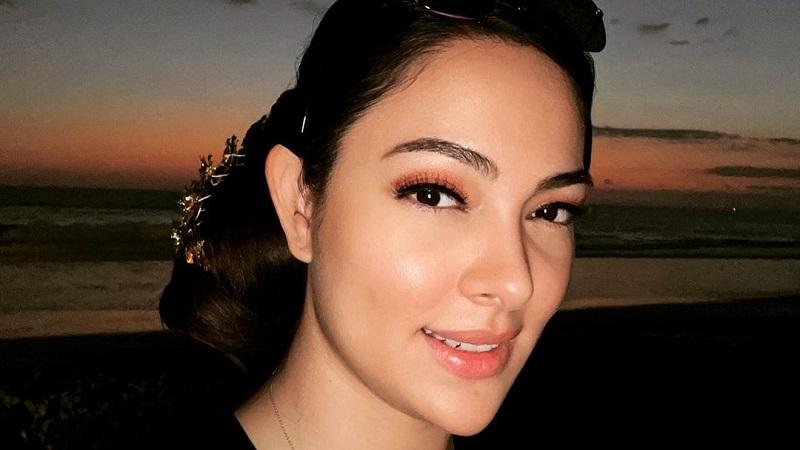 https: img.okezone.com content 2021 10 12 611 2484925 cantiknya-dokter-reisa-selfie-berlatar-sunset-netizen-mirip-gal-gadot-rmfbksTdSv.jpg