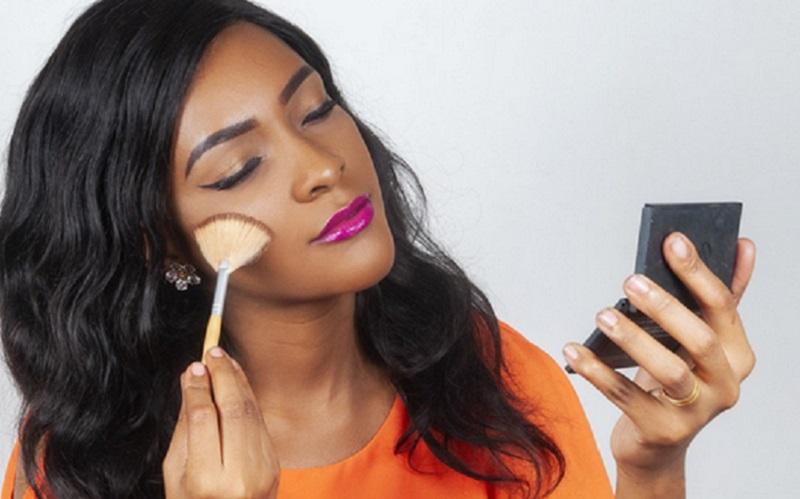 https: img.okezone.com content 2021 10 12 611 2485149 beautypedia-5-trik-makeup-agar-wajah-tampak-tirus-XucTO4fmcL.jpg