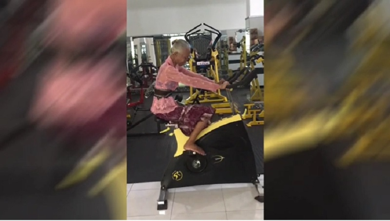 https: img.okezone.com content 2021 10 12 612 2485085 viral-nenek-nge-gym-masih-pake-kebaya-loh-iEjSgeV7Ye.jpg
