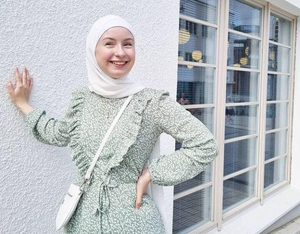 https: img.okezone.com content 2021 10 12 621 2485338 kisah-mualaf-perempuan-cantik-asal-finlandia-bermula-ateis-hingga-bertemu-pria-muslim-TWVHPJNGCG.jpg