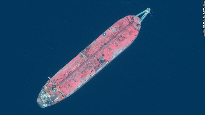 https: img.okezone.com content 2021 10 13 18 2485477 kapal-tanker-minyak-yang-tumpah-ganggu-pasokan-air-bersih-untuk-9-juta-orang-ikan-terancam-mati-h9avPjU2Jk.jpg