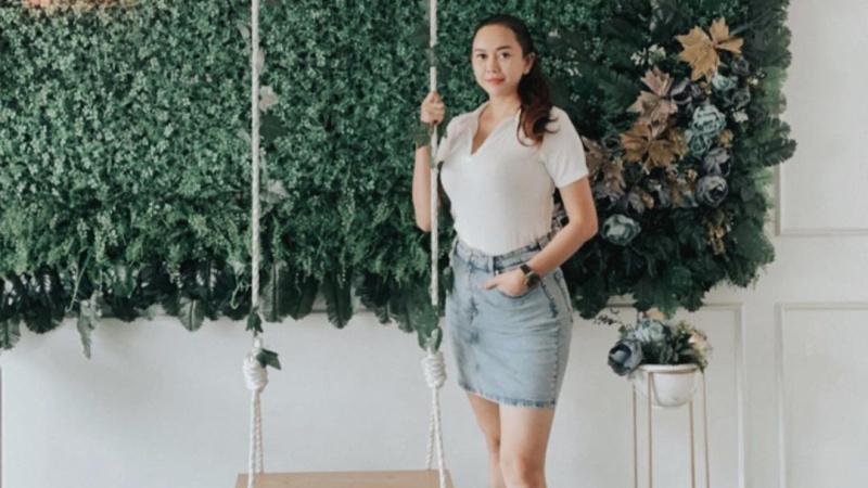 https: img.okezone.com content 2021 10 13 33 2485504 aura-kasih-body-nya-montok-pakai-rok-pendek-netizen-artis-paling-cantik-dan-seksi-3xqeUdhTrm.jpg