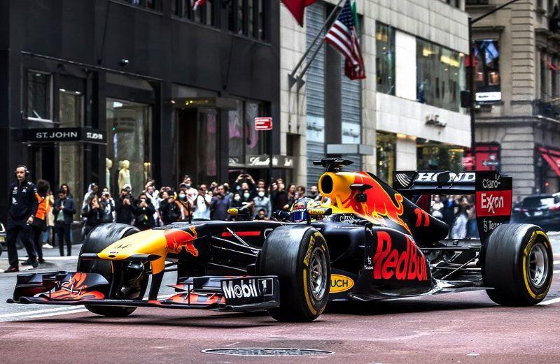 https: img.okezone.com content 2021 10 13 37 2485815 tampil-beda-red-bull-racing-bakal-kenakan-logo-acura-di-f1-gp-amerika-serikat-2021-fQk0eYPMy1.jpeg