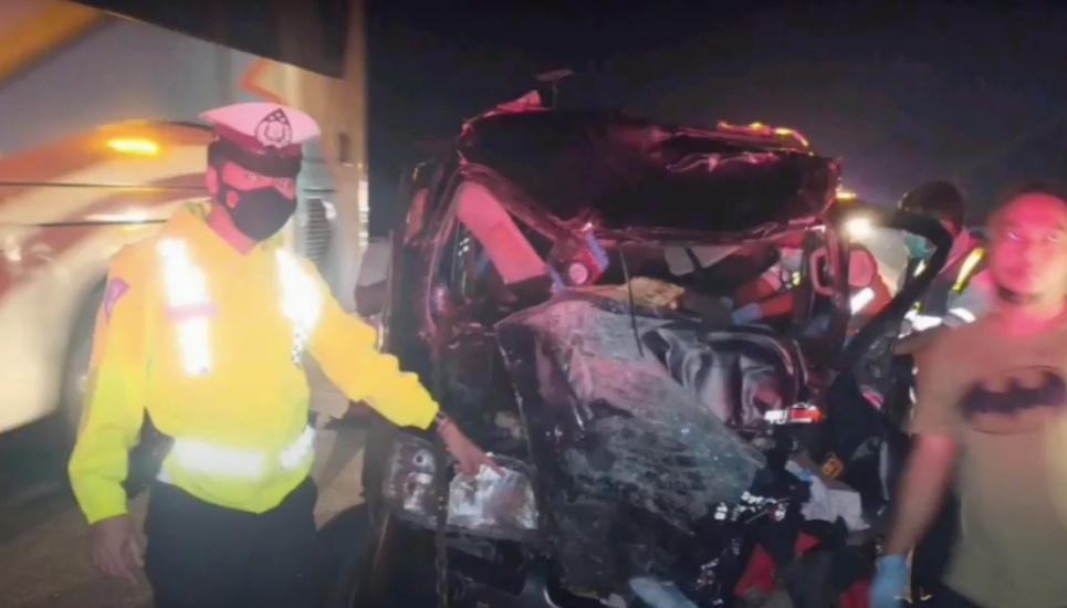 https: img.okezone.com content 2021 10 13 525 2485578 kecelakaan-maut-di-tol-cipali-minibus-tabrak-truk-1-tewas-9-luka-kTBQrq0JPL.jpg