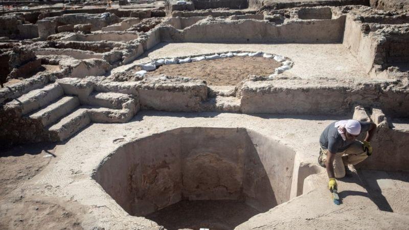 https: img.okezone.com content 2021 10 14 18 2485984 kompleks-pembuatan-arak-anggur-berusia-1-500-tahun-ditemukan-di-israel-terbesar-di-zamannya-4La6YCppWA.jpg