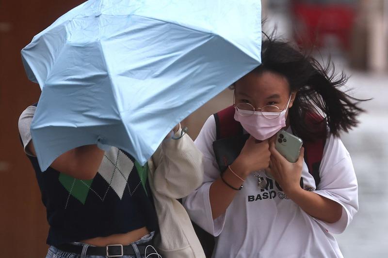https: img.okezone.com content 2021 10 14 18 2486246 topan-kompasu-terjang-china-selatan-15-orang-tewas-akibat-banjir-di-utara-svzz3EUQCu.jpg