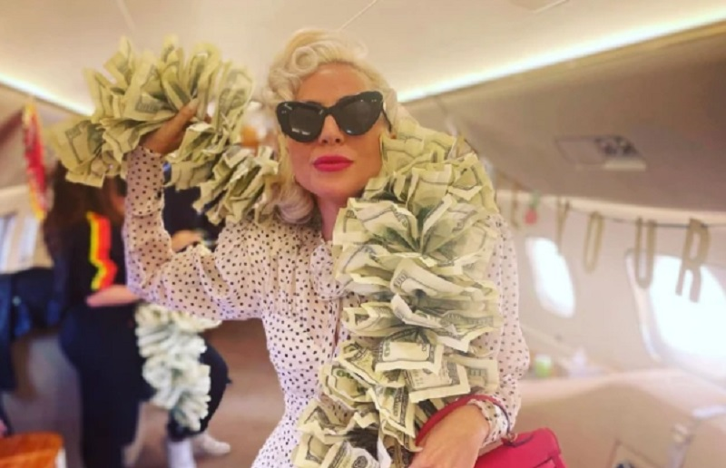 https: img.okezone.com content 2021 10 14 194 2486169 potret-glamor-lady-gaga-pakai-syal-dari-uang-dolar-7qFLDYn3sz.jpg