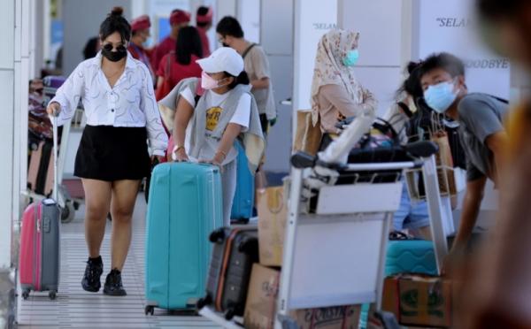 https: img.okezone.com content 2021 10 14 320 2486474 ingat-wisatawan-asing-hanya-boleh-jalan-jalan-di-bali-dan-kepulauan-riau-c4BUUcTvtW.jpg