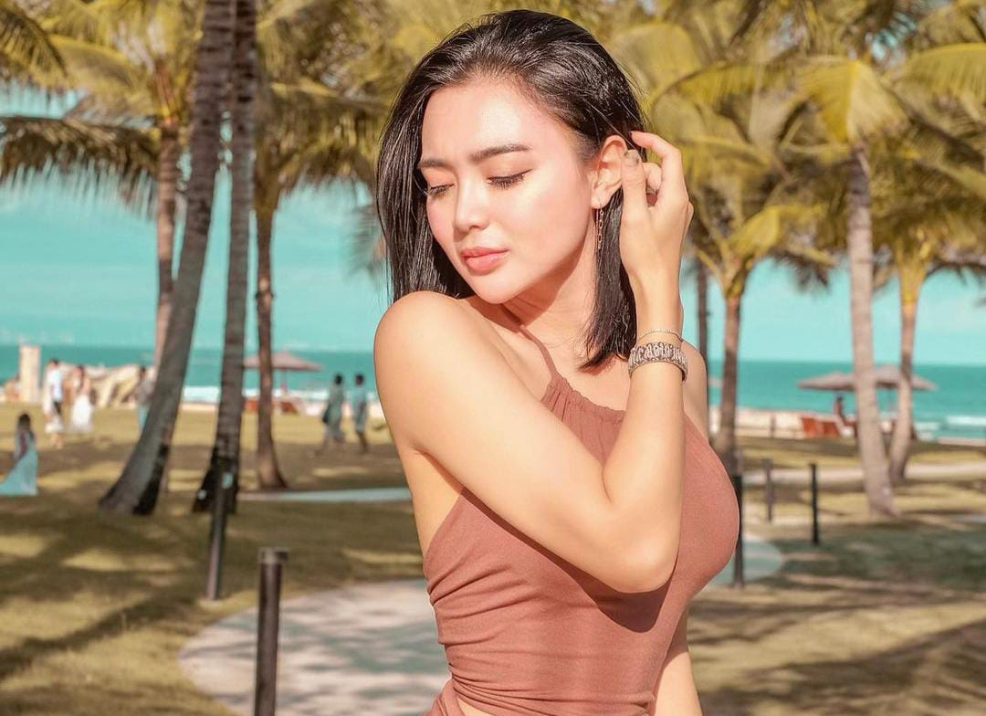 https: img.okezone.com content 2021 10 14 33 2486510 wika-salim-pakai-bikini-hitam-main-di-pantai-netizen-bening-pisan-IulM2JT1jP.jpeg