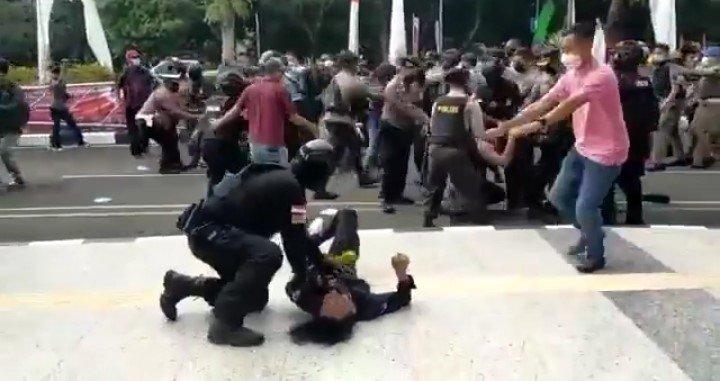 https: img.okezone.com content 2021 10 14 337 2486167 5-fakta-polisi-banting-mahasiswa-di-tangerang-cukupkah-permintaan-maaf-pelaku-5ykeynwtvO.jpeg