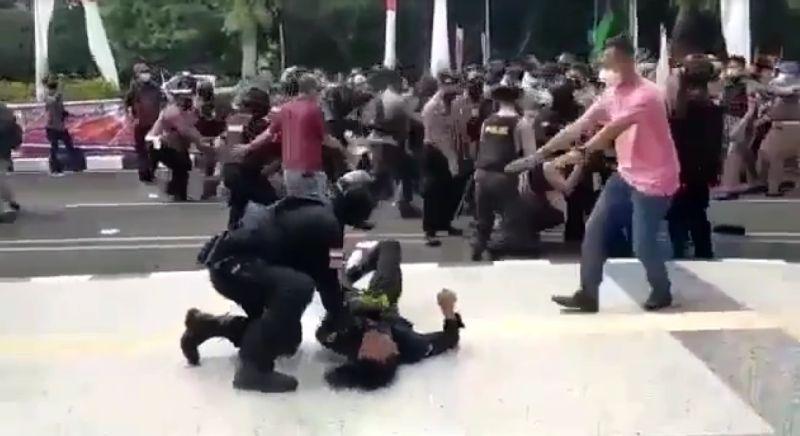 https: img.okezone.com content 2021 10 14 337 2486173 komnas-ham-sebut-oknum-polisi-banting-mahasiswa-berpotensi-langgar-ham-dTvYoO3Cgb.jpg