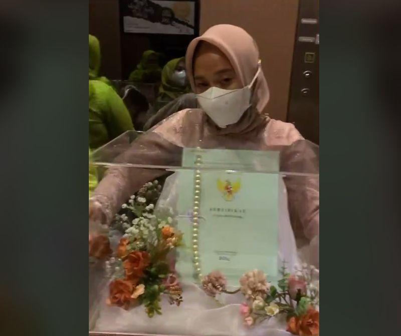 https: img.okezone.com content 2021 10 14 337 2486287 viral-pernikahan-maharnya-sertifikat-tanah-netizen-sholawatan-biar-nular-wK7eykopA4.jpg