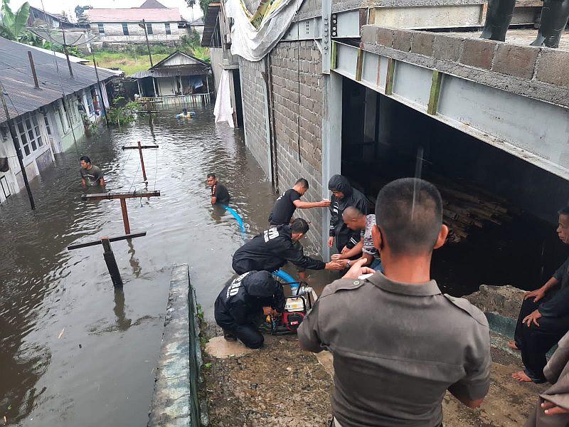 https: img.okezone.com content 2021 10 14 340 2486197 banjir-di-padang-panjang-merendam-120-rumah-di-2-kecamatan-yA7CgiLCOe.jpg