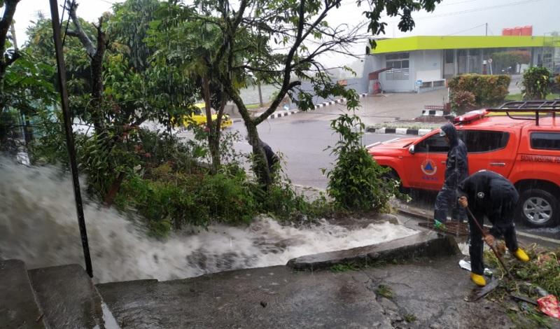 https: img.okezone.com content 2021 10 14 340 2486202 ratusan-rumah-di-padang-panjang-terendam-banjir-B05H7NKhIe.jpg
