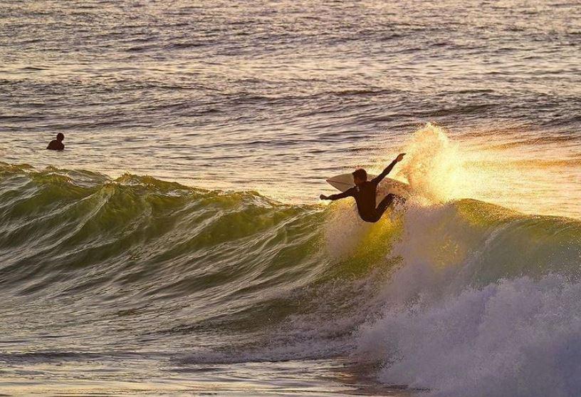 https: img.okezone.com content 2021 10 14 406 2485953 lagi-asyik-surfing-peselancar-lenyap-digulung-ombak-d2qPjPKIoy.JPG