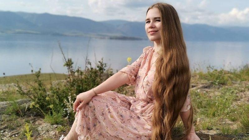 https: img.okezone.com content 2021 10 14 611 2486091 kisah-cewek-23-tahun-tak-potong-rambut-dijuluki-rapunzel-dunia-nyata-NQQlweOVvI.jpg