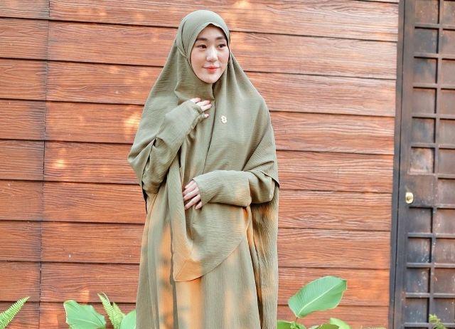 https: img.okezone.com content 2021 10 14 617 2486290 5-ootd-hijab-kekinian-ala-larissa-chou-cantik-dan-tampak-anggun-UqEpnDdogH.jpg