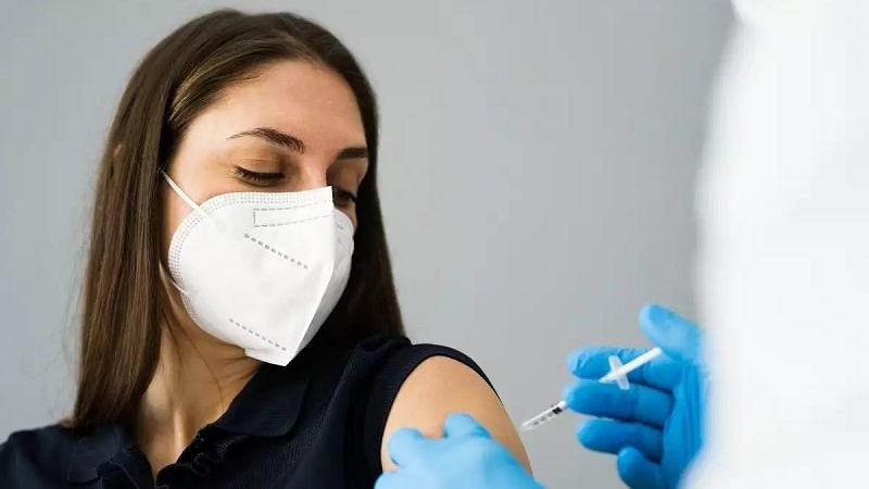 https: img.okezone.com content 2021 10 14 620 2486041 catat-ini-yang-dianjurkan-dan-dilarang-usai-suntik-vaksin-covid-19-xx9zb7FkTY.jpg