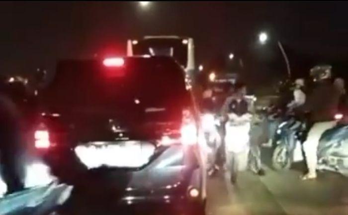 https: img.okezone.com content 2021 10 15 338 2486597 viral-geng-motor-bersajam-tawuran-di-tengah-kemacetan-tanjung-priok-S5acIW8ux5.jpg
