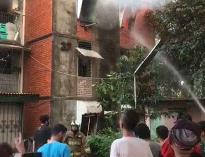 https: img.okezone.com content 2021 10 15 338 2486654 kebakaran-di-rusun-perumnas-berhasil-dipadamkan-petugas-CnjnVT3zFh.jpg