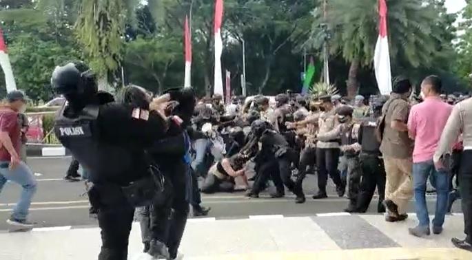 https: img.okezone.com content 2021 10 15 338 2486668 mahasiswa-yang-dibanting-polisi-mengeluh-pusing-dan-nyeri-di-pundak-w9U0nvbsIK.jpg